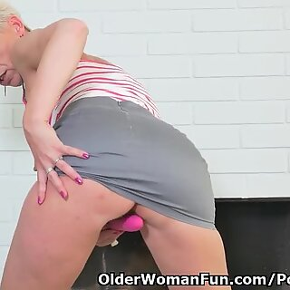 european mummy Kathy milky takes care of her orgasm craving cunt